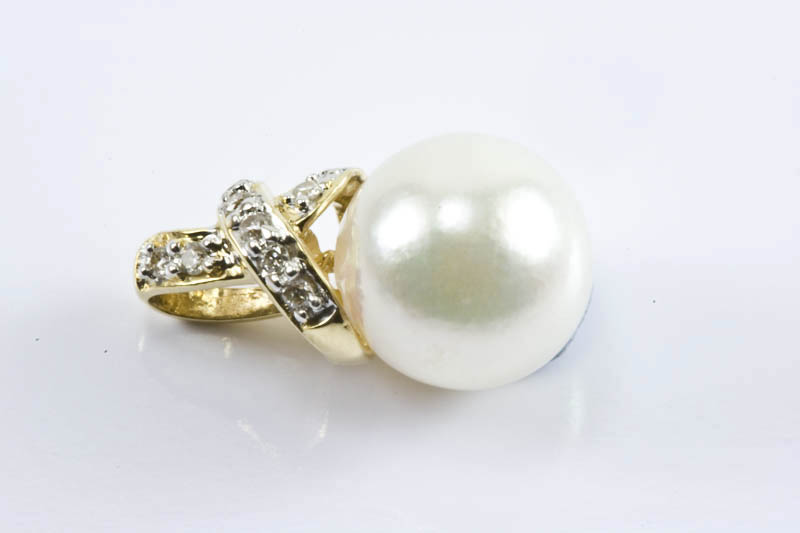 Akoya Pearl Pendant(8mm AAA Grade , 18k Gold & Diamond )