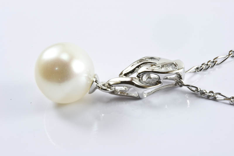 Akoya Pearl Pendant(8mm AAA Grade, 18k/w Gold & Diamonds)