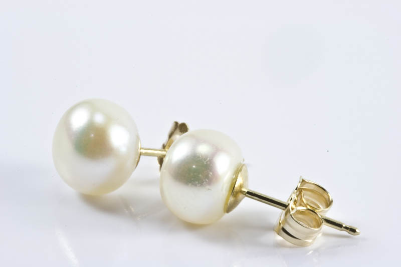 White freshwater pearl earrings(7mm, button shaped)