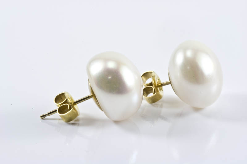 White freshwater pearl earrings(11.5mm, button shaped)