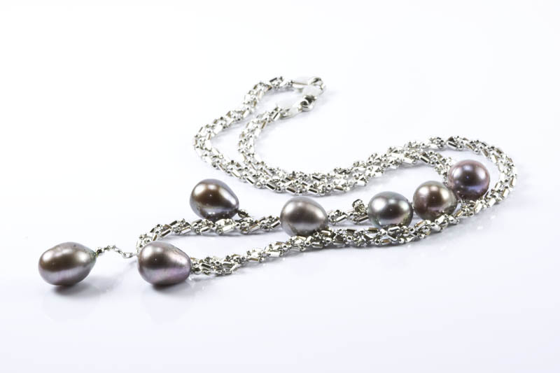 18k. White Gold and Black Pearl Necklace