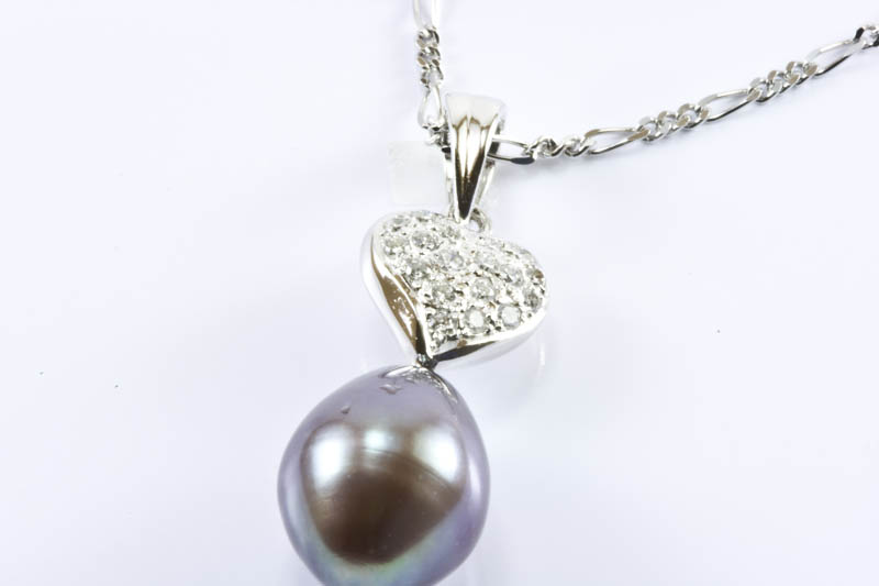 8x10mm Pearl pendant with 18k White Gold & Diamonds