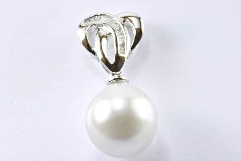 9.5mm White South Sea Pearl, 18k/w Gold & Diamonds Pendant