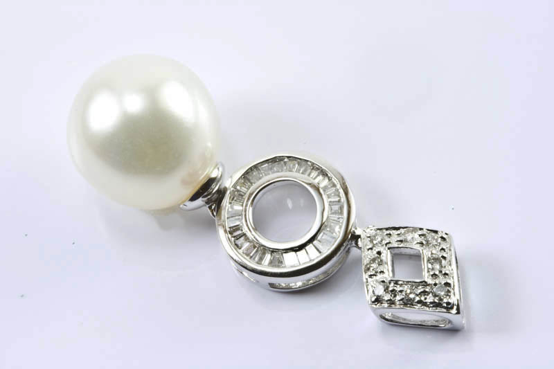 10mm White South Sea Pearl, 18K/W Gold & Diamonds Pendant